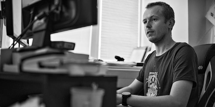 dlhodobý dobrovoľník Viktor Hrtánek v kancelárii Transparency na Bajkalskej (foto: Jozef Petrovič)